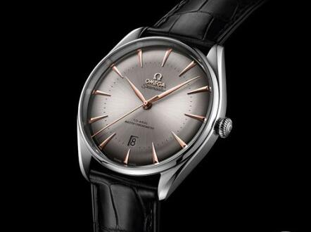 The hands and hour markers are made from the patented sedna® gold which ensure the ultra legibility.