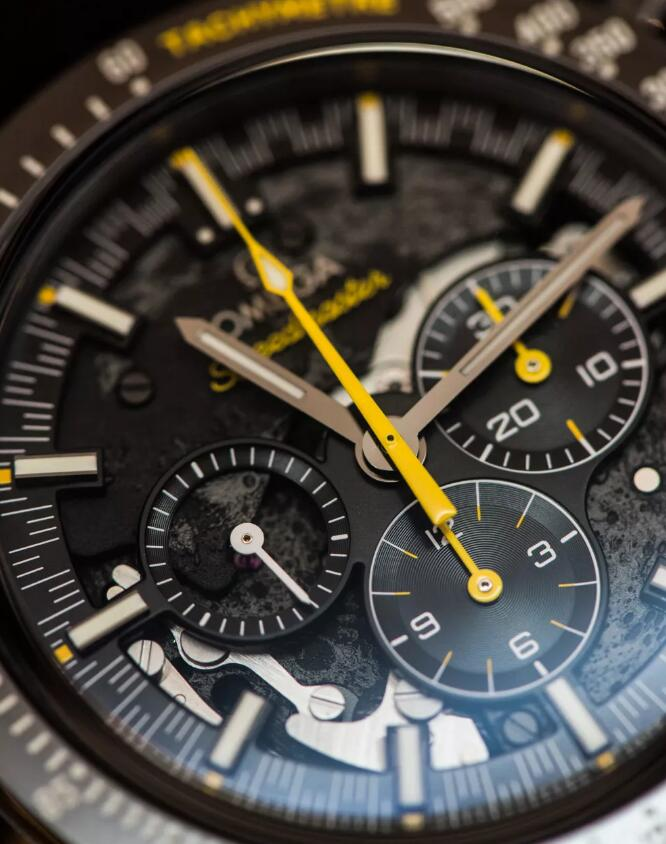 The dial is made from black zirconium oxide ceramic and designed in a uneven visual effect.