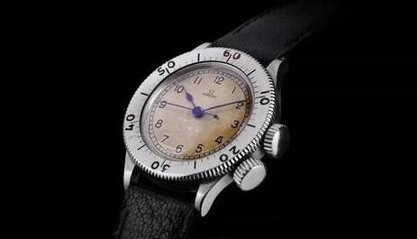 The antique Omega looks elegant and mild which is quite different from modern models.