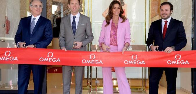 Cindy Crawford , the brand's ambassador appeared on the opening ceremony ribbon cutting ceremony.