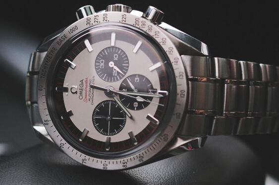 The Speedmaster sports a distinctive look of retro style.